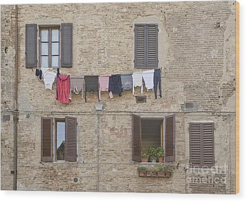 Laundry Out To Dry Wood Print by Rob Tilley