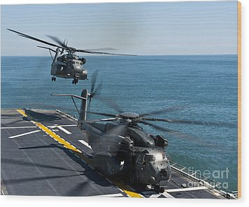 Mh-53e Sea Dragon Helicopters Take Wood Print by Stocktrek Images