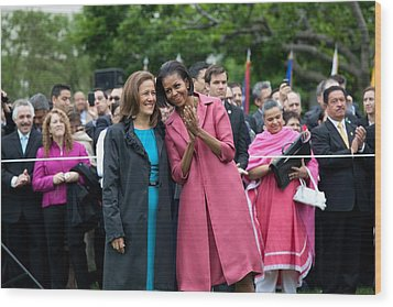 Michelle Obama And Mrs. Margarita Wood Print by Everett