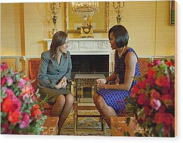 Michelle Obama Greets Mrs. Margarita Wood Print by Everett