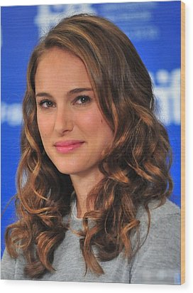 Natalie Portman At The Press Conference Wood Print by Everett