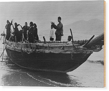 North Vietnamese Refugees Arrive At Da Wood Print by Everett