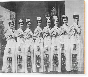 Nurses On Night Rounds 1899 Wood Print by Science Source