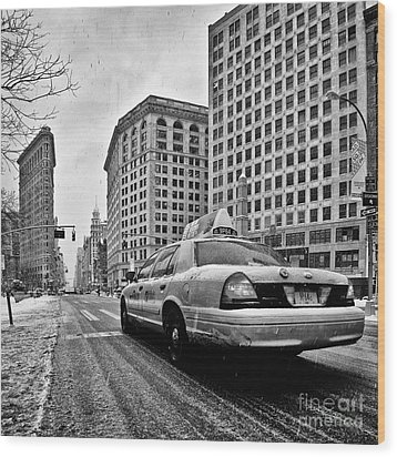 Nyc Cab And Flat Iron Building Black And White Wood Print by John Farnan