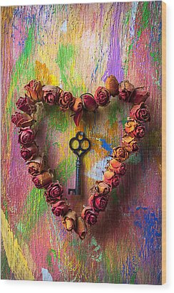 Old Key And Rose Heart Wood Print by Garry Gay