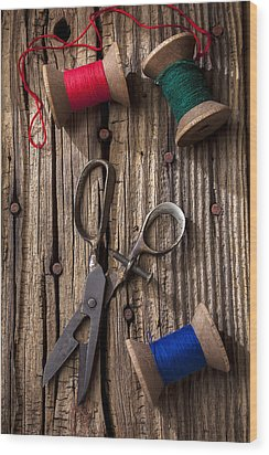 Old Scissors And Spools Of Thread Wood Print by Garry Gay