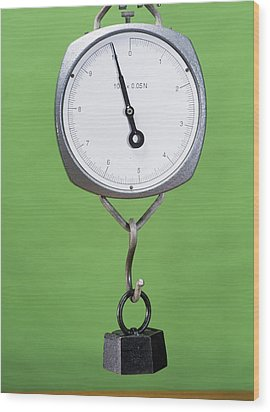 One Kilogram Mass On A Newtonmeter Wood Print by Andrew Lambert Photography