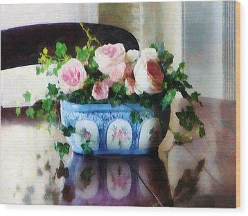 Pink Roses And Ivy Wood Print by Susan Savad