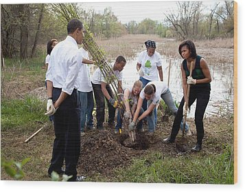 President And Michelle Obama Help Plant Wood Print by Everett