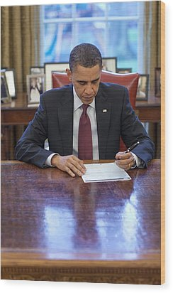 President Barack Obama Fills Wood Print by Everett