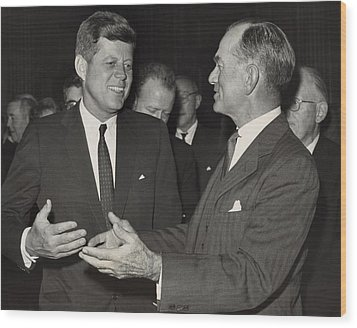 President Kennedy Talking With Arkansas Wood Print by Everett