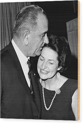 President Lyndon Johnson Kisses Wood Print by Everett