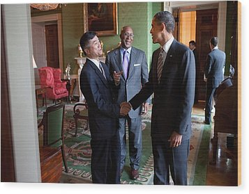 President Obama Talks With Commerce Wood Print by Everett