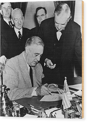 Roosevelt Signing Declaration Of War Wood Print by Photo Researchers