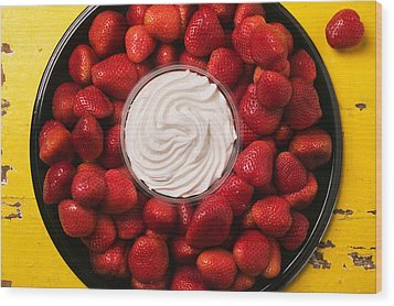 Round Tray Of Strawberries  Wood Print by Garry Gay