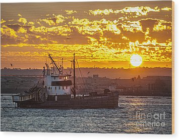 Sunset And Boat On San Diego Bay Wood Print