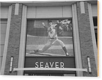 Tom Seaver 41 In Black And White Wood Print by Rob Hans