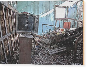 Tv On Stand Wood Print by James Steele