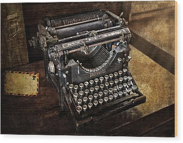 Underwood Typewriter Wood Print by Susan Candelario