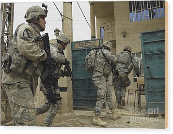 U.s. And Iraqi Army Soldiers Rushing Wood Print by Stocktrek Images