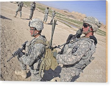 U.s. Army Soldiers Call In An Update Wood Print by Stocktrek Images