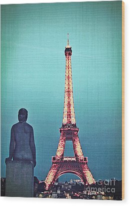 Viewing The Eiffel Tower Wood Print by Paul Topp