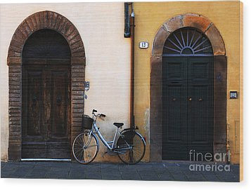 Walled City Of Lucca Wood Print by Bob Christopher