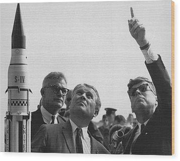Wernher Von Braun Explains The Saturn Wood Print by Everett