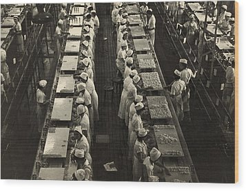 Women Working In A Grapefruit Canning Wood Print by Everett