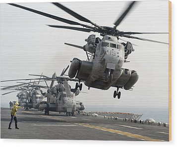 A Ch-53e Super Stallion Lifts Wood Print by Stocktrek Images
