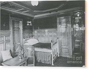 Parlour Suite Of Titanic Ship Wood Print by Photo Researchers