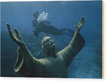 A Scuba Diver Swims Past The Statue Wood Print by Bates Littlehales
