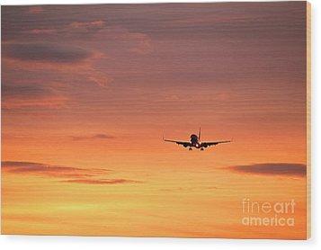 Airlpane In Flight Wood Print by John Greim