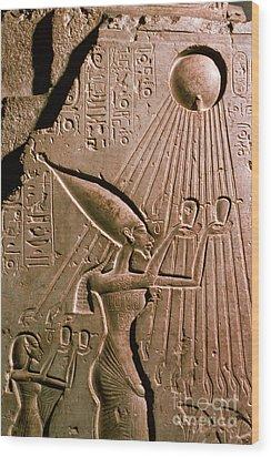 Akhenaton With Sun God Wood Print by Science Source