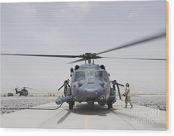 An Hh-60 Pave Hawk Lands After A Flight Wood Print by Stocktrek Images
