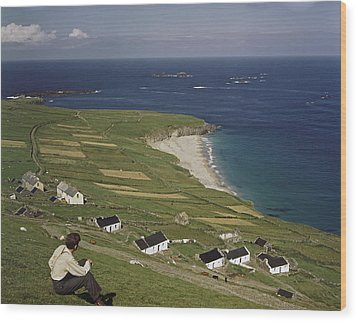 An Irishman Overlooks Cottages That Wood Print by Howell Walker