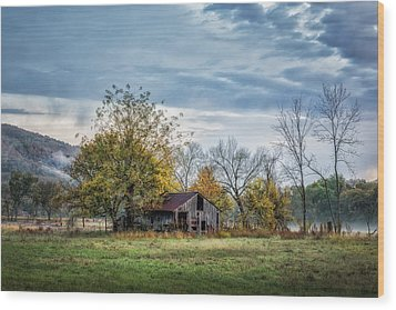 Barn On A Misty Morning Wood Print by James Barber