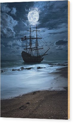 Black Pearl Pirate Ship Landing Under Full Moon Wood Print by Justin Kelefas