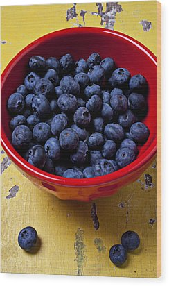 Blueberries In Red Bowl Wood Print by Garry Gay
