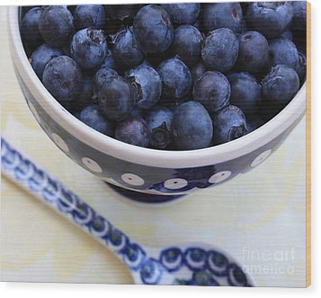Blueberries With Spoon Wood Print by Carol Groenen