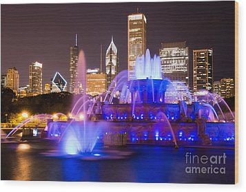 Buckingham Fountain At Night With Chicago Skyline Wood Print by Paul Velgos