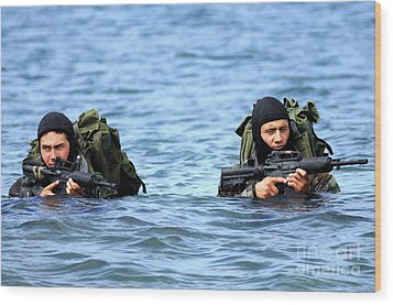 Buds Students Wade Ashore During An Wood Print by Stocktrek Images