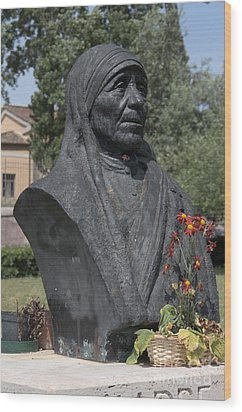 Bust Of Mother Teresa Wood Print by Fabrizio Ruggeri