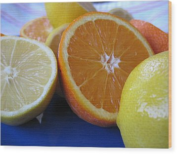 Citrus On Blue Plate Wood Print by Kim Pascu