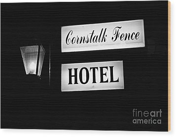 Cornstalk Fence Hotel Wood Print by Leslie Leda