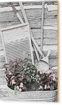 Digital Sketch Wash Tub And Flowers Wood Print by Linda Phelps