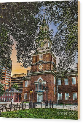 Dusk At Independence Hall Wood Print