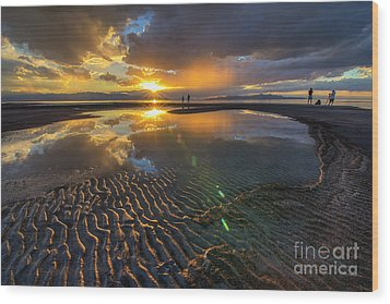 Enjoying A Sunset At The Great Salt Lake Wood Print by Spencer Baugh