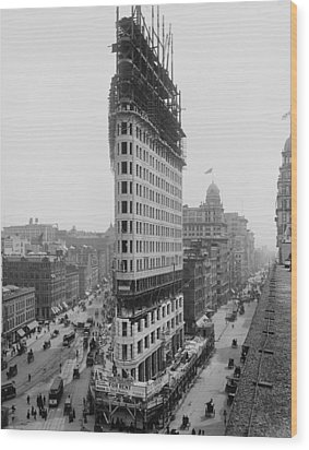 Flatiron Building During Construction Wood Print by Everett