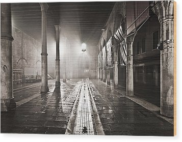 Fog In The Market Wood Print